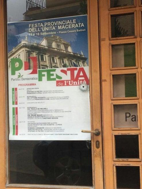 Raid razzista a Macerata, colpita anche la sede Pd