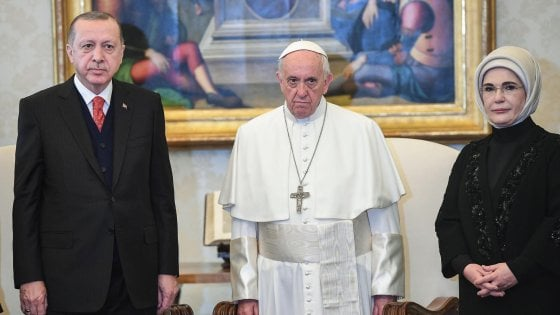 """Erdogan meets Pope Francis who gives him """"an angel against war"""".  Protests and fights"""