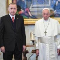 Erdogan incontra Papa Francesco che gli regala