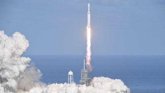 Space X, il super razzo di Elon Musk lanciato verso Marte con un'auto a bordo sulle note di David Bowie