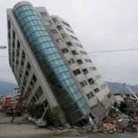 Taiwan, violento sisma a Hualien: le immagini dell'albergo crollato