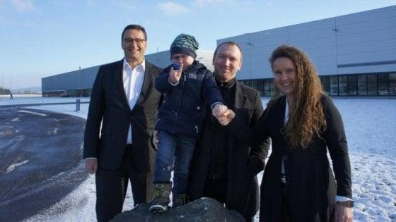 Germania, i colleghi lavorano 3.300 ore extra per un papà col figlio malato di leucemia