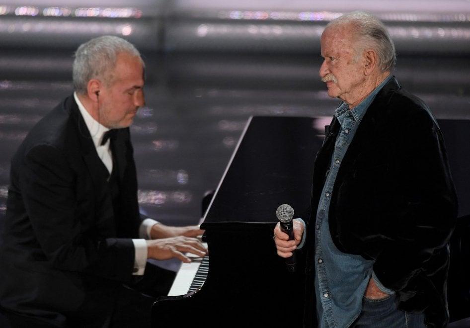 Sanremo 2018, applausi per Gino Paoli: omaggio a Faber e Bindi