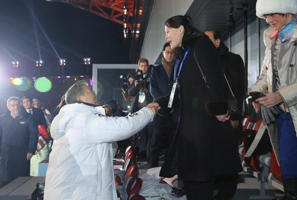 PyeongChang 2018, la stretta di mano tra la sorella di Kim Jong-un e il presidente sudcoreano Moon Jae-in
