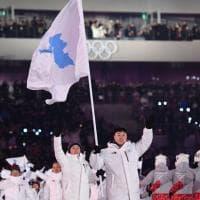 PyeongChang 2018, le due Coree sfilano unite nella cerimonia inaugurale