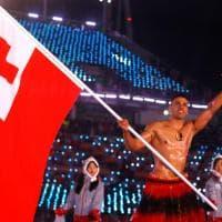 PyeongChang 2018, Pita Taufatofua delle isole Tonga sfida il gelo dello stadio: portabandiera a torso nudo