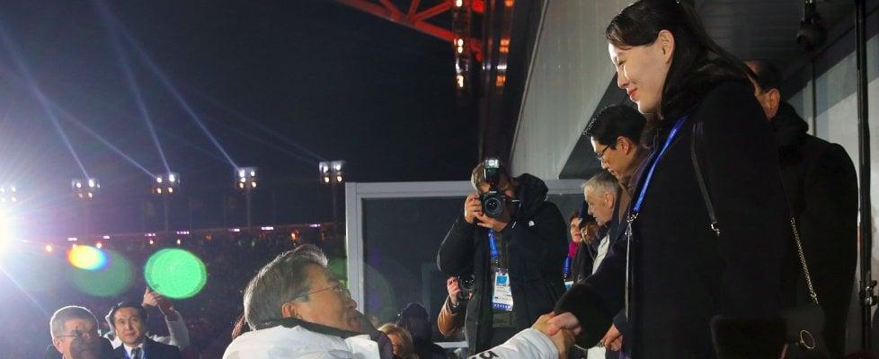 PyeongChang 2018, Giochi al via: storica stretta di mano tra sorella di Kim e presidente Moon. Usa disertano cena del disgelo tra due Coree