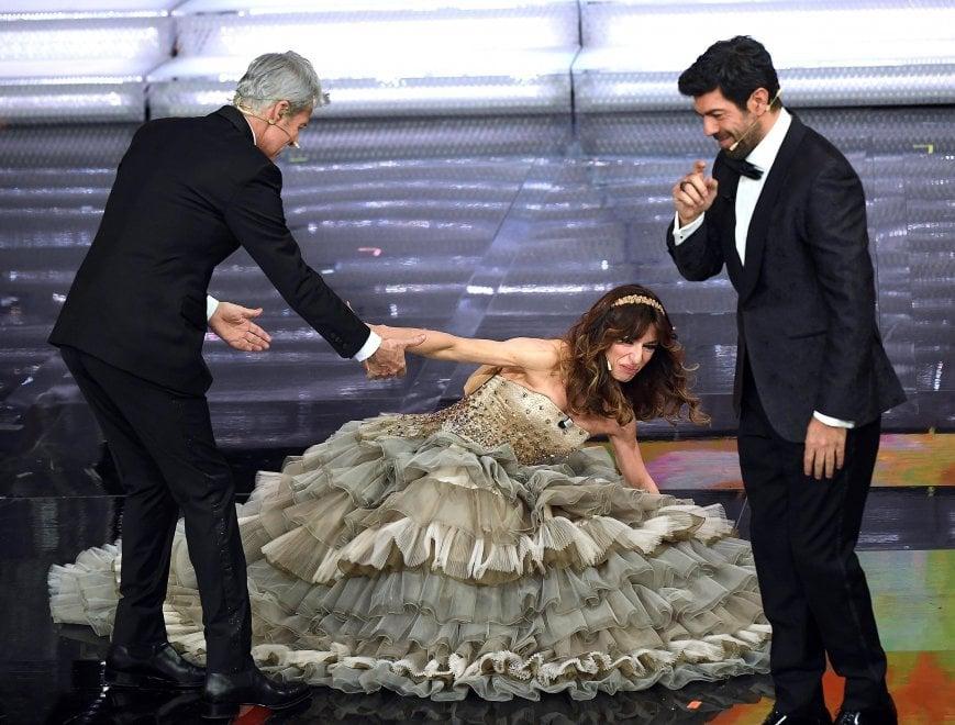 Sanremo 2018, sul finale Sabrina Impacciatore inciampa sul palco