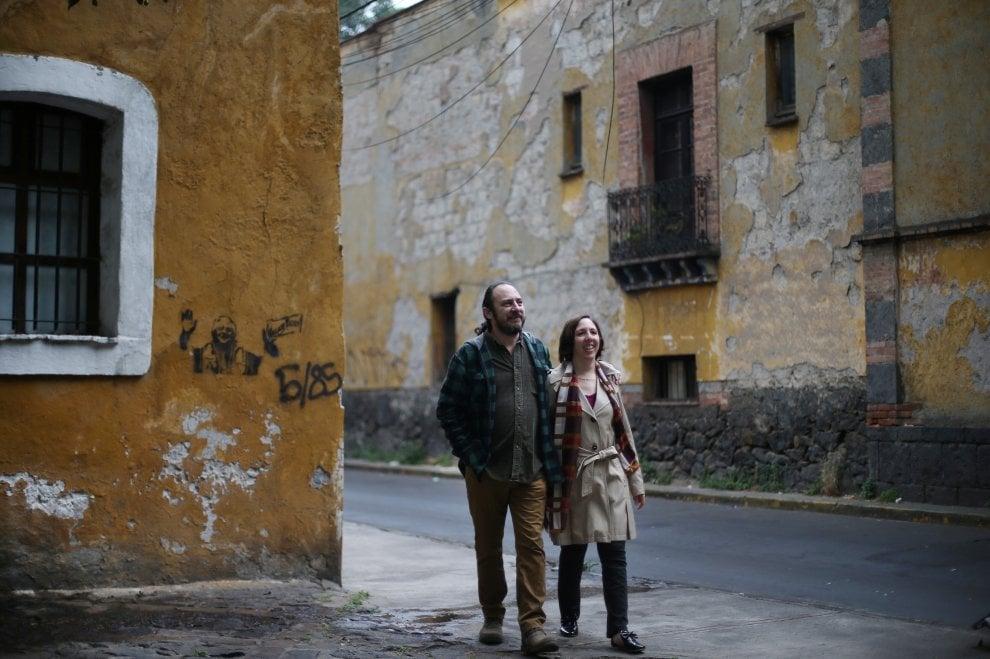 """Amore senza confini, dieci coppie si raccontano: """"Ci siamo innamorati così''"""