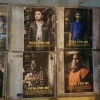 """""""Vota per me"""": negli spazi elettorali i manifesti con le foto degli stranieri, Guerrilla Art per dare voce a chi non ce l'ha"""