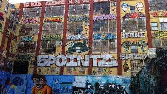 New York, risarcimento da 6,7 milioni per i graffiti di 5Pointz: condannato costruttore che li distrusse