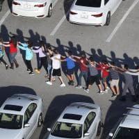 Usa, spari in una scuola in Florida: l'evacuazione degli studenti in fila indiana