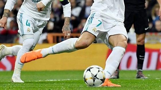 Col piede d'appoggio alza il pallone: il rigore di Ronaldo sfida le leggi della fisica (e del regolamento)
