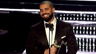 Drake, il piano del rapper buono: regala un milione di dollarimentre gira il video foto