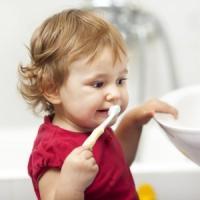 Prima l'acqua o il dentifricio? Il dilemma di chi si lava i denti