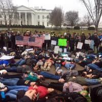 Strage Florida, davanti alla Casa Bianca la protesta contro Trump e la lobby delle armi: