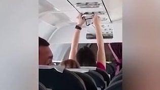 Imbarazzo in volo: la passeggera asciuga la biancheria intima