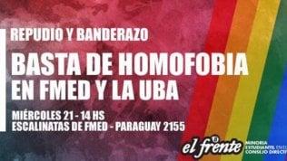 """Argentina, la prof di Medicina teorizza il """"delitto omosessuale"""": bacio di massa per protesta"""