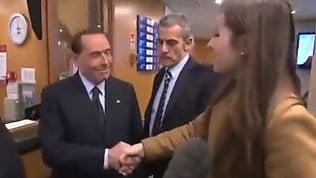 """Berlusconi alla reporter Bbc: """"Sestringi così la mano chi ti sposa?"""""""