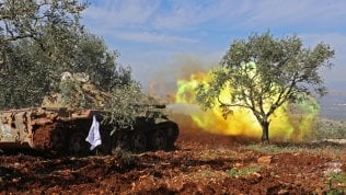 Tensione alle stelle al confine Siria-Turchia: le truppe di Assad entrano ad Afrin, l'artiglieria di Erdogan bombarda