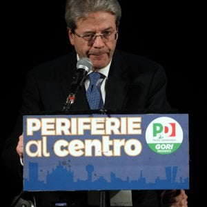 Renzi o Gentiloni : l'uomo giusto nel momento giusto. Provate a valutare le alternative . Chi gli opponiamo?Di Maio, Salvini, Grasso, l' uomo misterioso di Berlusconi? In questo momento Renzi o Gentiloni è senza dubbio i più adeguati.