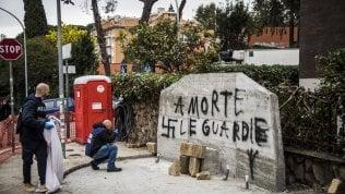 """""""A morte le guardie"""": scritte e svastiche in via Fani su lapide che ricorda la scorta di Moro foto"""