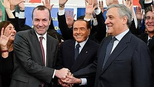 Berlusconi all'incontro con Ppe: ''Chi mi sta toccando il c...?''