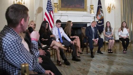 """Trump: """"Fondi per armare gli insegnanti"""". Studenti e genitori: """"Bisogna invece fermare la vendita di armi automatiche"""""""