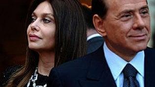 """Divorzio Berlusconi-Lario, botta e risposta sui soldi. Lui: """"Non volevo nulla, ma il suo terribile avvocato..."""". Lei: """"Non è vero"""""""