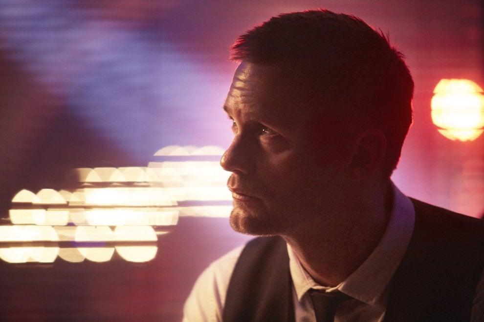 'Mute', Alexander Skarsgård barman muto nella Berlino 2052