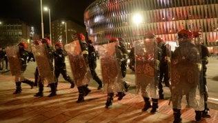 Europa League, Bilbao a ferro e fuoco: battaglia nel pre-gara, agente muore di infarto video