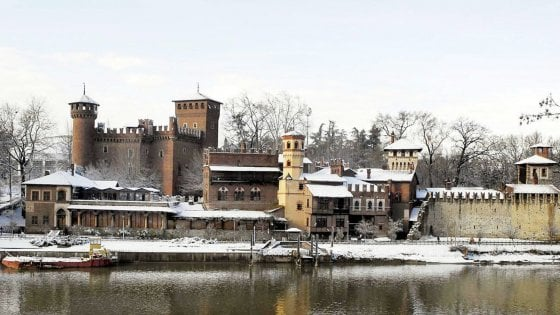 Maltempo, Nord Italia sotto la neve, spiagge imbiancate in Veneto, passi alpini chiusi in Piemonte