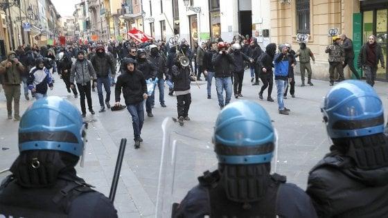 Cortei ad alta tensione : sgomberi e contusi a Milano