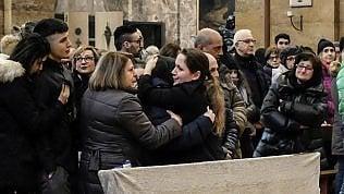 Milano, tensione e scambi accuse per l'ultimo saluto a Jessica foto