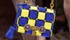 Versace lancia le borse mini, maxi e colorate