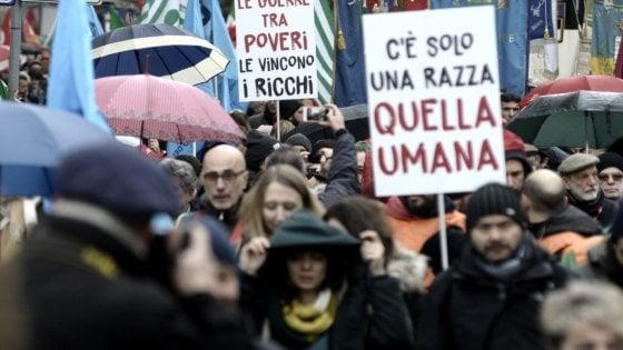 Roma, in piazza contro fascismo con l'Anpi. La sinistra divisa sfila insieme. Milano, scontri a corteo anti CasaPound