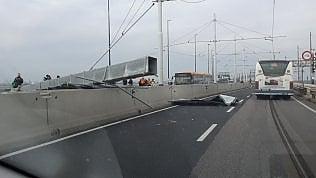 Venezia, cade palo sul Ponte della Libertà: circolazione bloccataVigili del fuocoal lavoro foto video