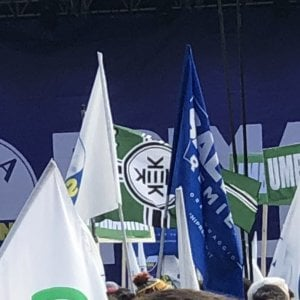 E al comizio di Salvini in bella mostra la bandiera dei neonazi Usa