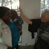 Nonna Irma è arrivata in Kenya: inizia la missione per portare ai bambini sorrisi e piccole scatole fatte a mano