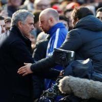 Mourinho-Conte, stretta di mano prima di Manchester Utd-Chelsea