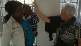 Nonna Irma è arrivata in Kenya: a 93 anni per portare ai bambini sorrisi e scatole fatte a mano