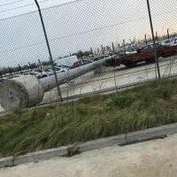 Venezia, torre faro crolla su un'auto