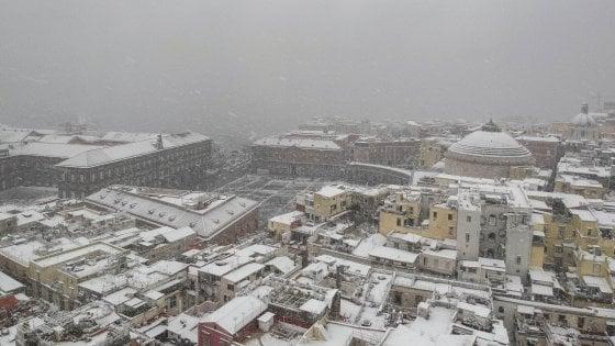 Il maltempo arriva al Sud: scuole chiuse a Napoli domani. Voli per Bari dirottati su Brindisi