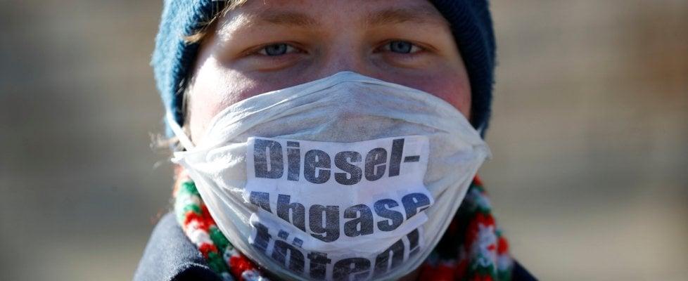 """Attacco al diesel: il tribunale tedesco dà il via ai blocchi. Roma batte tutti: """"Fuori dal centro dal 2024"""""""