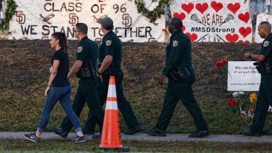 Sparatoria Florida, Walmart e la catena sportiva Dick's vietano la vendita delle armi agli under 21