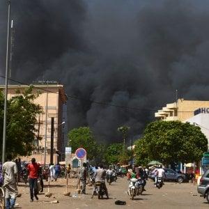 """Burkina Faso, spari ed esplosioni nel centro della capitale: """"Almeno 28 morti"""""""