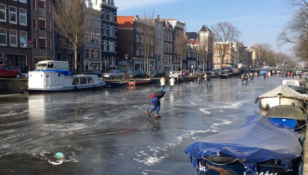 Amsterdam ghiacciata, festa dei pattini sui canali