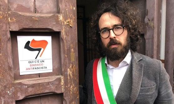 """Pavia, antifascisti """"marchiati"""" con adesivo sulla porta di casa. La reazione dei sindaci: """"Vergognoso"""""""