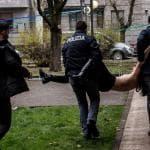 Elezioni 2018, Berlusconi contestato al seggio da ragazza a torso nudo
