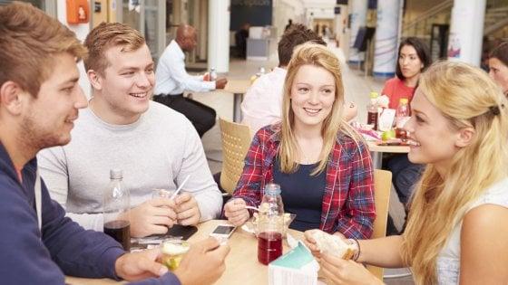 Studenti a tavola, gli italiani fra i più salutisti del mondo